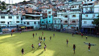 Oyuncuların hareketlerini kinetik enerjiye dönüştüren futbol sahası